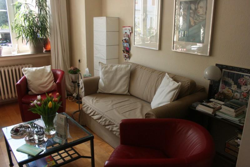Sofa und Sessel im Praxisraum der Kinderwunschberatung Bremen